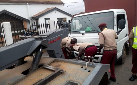 Officers of OYRTMA towing a vehicle